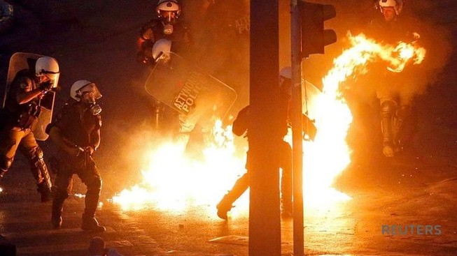 Người biểu tình ném bom xăng trước tòa nhà Quốc hội Hy Lạp