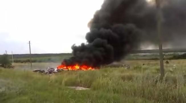 Video hiện trường vụ rơi máy bay MH17 gây sốc