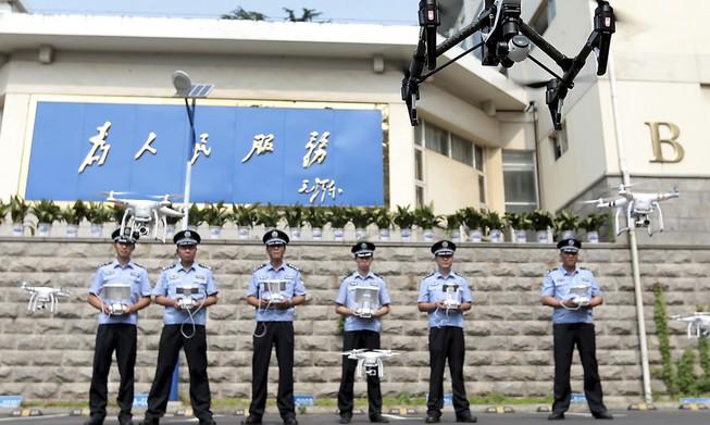 Hai năm giả làm cảnh sát, xây phòng thẩm vấn trong nhà