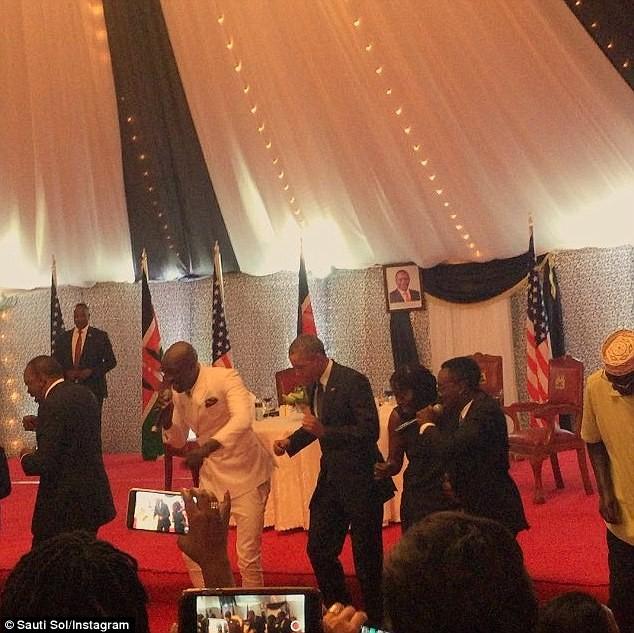 Tổng thống Obama 'chịu chơi' nhảy điệu dân tộc tại quê cha