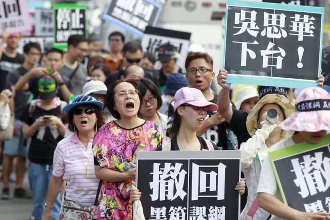 Dân Đài Loan xé sách giáo khoa, đòi bộ trưởng từ chức