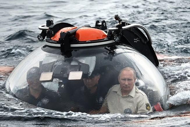 Putin lên tàu ngầm lặn biển xem xác tàu đắm tại Crimea