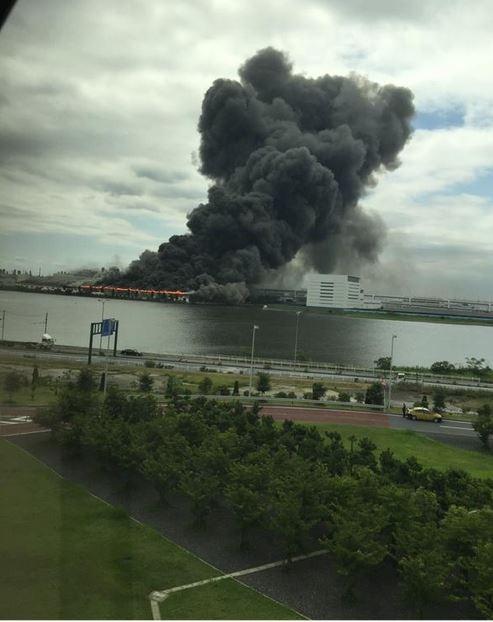 Cháy nhà máy thép, khói ngút trời gần sân bay Tokyo