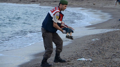 Ám ảnh thi thể bé 3 tuổi chết đuối trên đường tị nạn