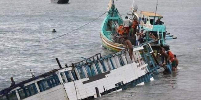 Lật thuyền chở 100 người di cư ngoài biển Malaysia