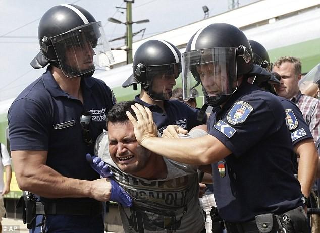 Cảnh hỗn loạn của người tị nạn khi bị chặn tại Hungary