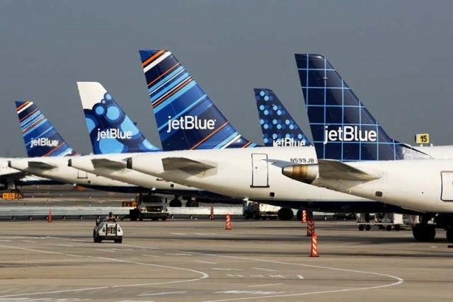 Bị bắt vì tiểu lên người hành khách giữa máy bay