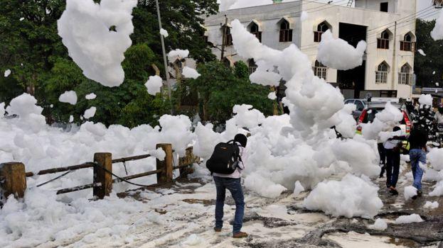 TP Ấn Độ ngập trong bọt trắng vì ô nhiễm