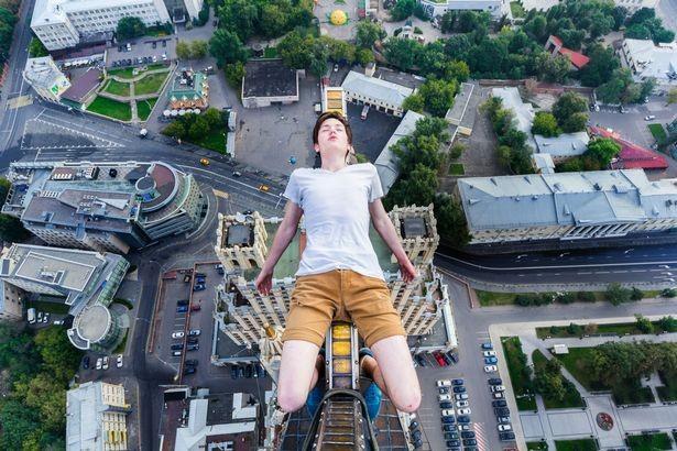 Thanh niên leo tòa nhà 126 m để chụp ảnh 'ngủ gật'