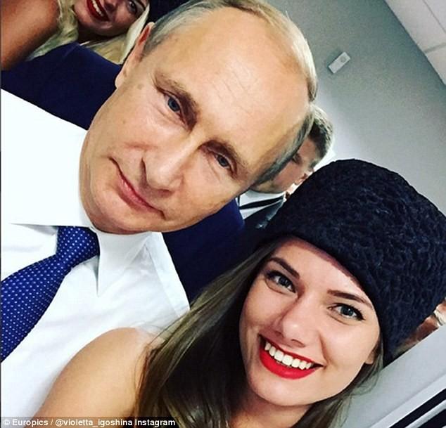 Putin chụp ảnh 'tự sướng' cùng siêu mẫu tại trường đua