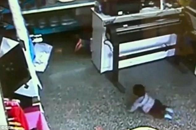 Băng cướp 'dùng' em bé chín tháng, cướp sạch cửa hàng thời trang