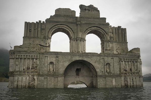 Nhà thờ gần 500 năm tuổi 'mọc lên' giữa lòng hồ