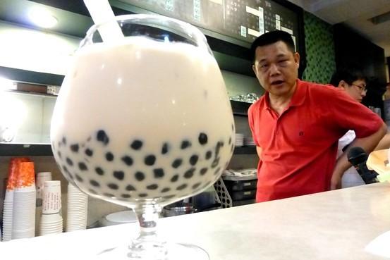 Kinh hoàng trà sữa trân châu Trung Quốc làm từ lốp xe và đế giày