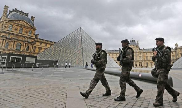 Cảnh sát Pháp nổ súng tại bảo tàng Louvre