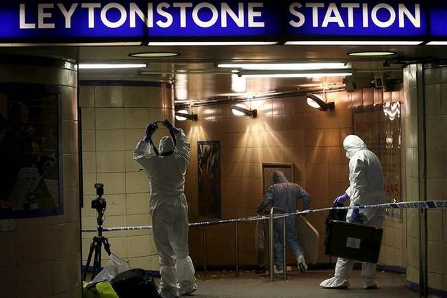 Khủng bố bằng dao tại ga điện ngầm London