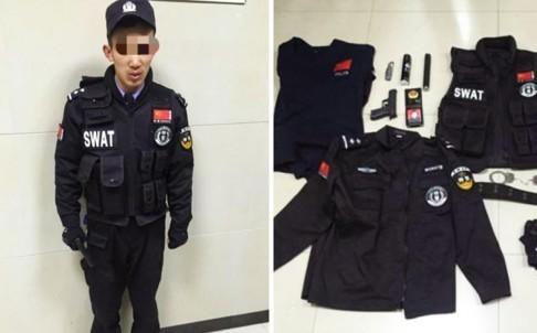 Giả làm cảnh sát để ngăn cha mua dâm, chàng trai bị tóm cổ