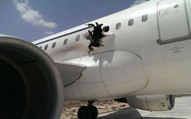 Người đàn ông cháy đen bị hút ra khỏi lỗ hổng trên máy bay