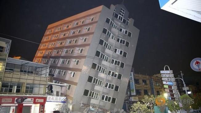 Động đất rung chuyển Đài Loan: Sập nhà 17 tầng, hơn 100 người mắc kẹt