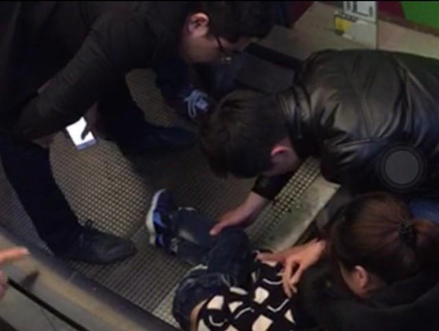 Kinh hoàng bé trai kẹt tay vào thang cuốn, gần mất cả 3 ngón tay