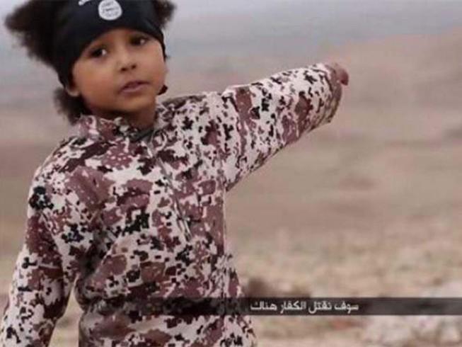 'Lính nhí' IS chơi với đầu người để học cách tàn nhẫn