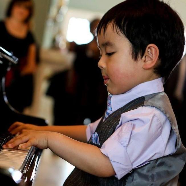 'Vua hài' Mỹ 'chết đứng' trước thần đồng piano gốc Việt