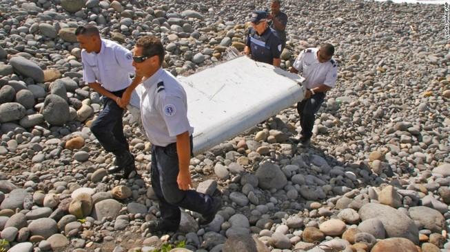 Úc bắt đầu kiểm tra các mảnh vỡ nghi của MH370