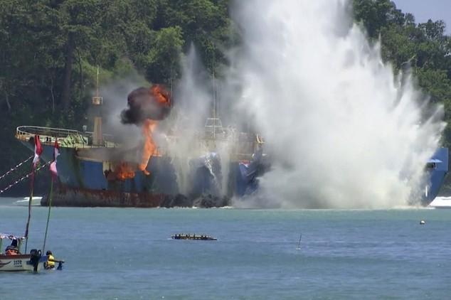 Indonesia đánh chìm tàu bị Interpol truy nã gắt gao