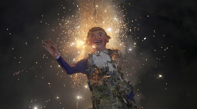 Hình nộm của Donald Trump bị thiêu cháy tại lễ hội ở Mexico