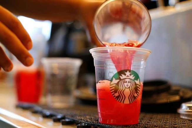 Starbucks bị kiện 5 triệu USD vì thức uống 'quá nhiều đá'