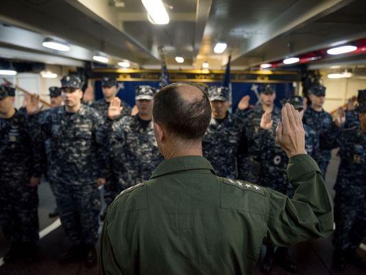 Tham mưu trưởng Hải quân Mỹ thăm tàu siêu sân bay trên Biển Đông