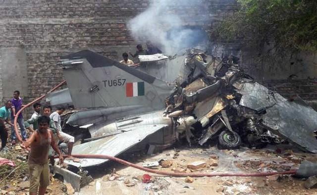 Chiến đấu cơ MiG-27 đâm xuống khu dân cư, bốc cháy