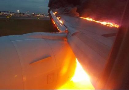 Máy bay Singapore bốc cháy khi đang đáp khẩn cấp