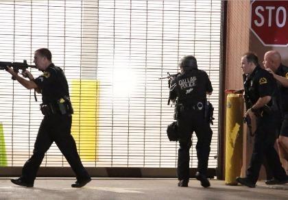 Kẻ bắn tỉa cảnh sát Mỹ thản nhiên hát hò khi đấu súng