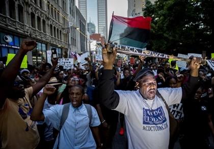 Hàng ngàn người Mỹ vẫn xuống đường phản đối cảnh sát