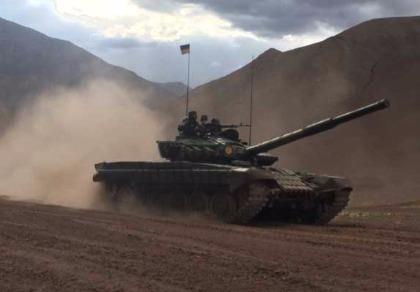 Hơn 100 xe tăng Ấn Độ áp sát biên giới Trung Quốc