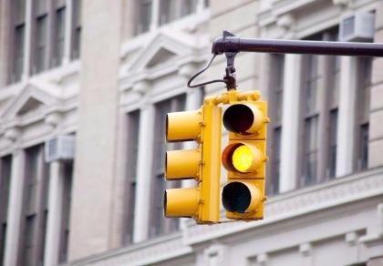 Vượt đèn vàng tại các nước: Nơi phạt nặng tay, nơi cho qua