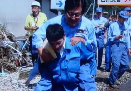 Được cõng qua vũng nước, Thứ trưởng Nhật Bản phải xin lỗi dân