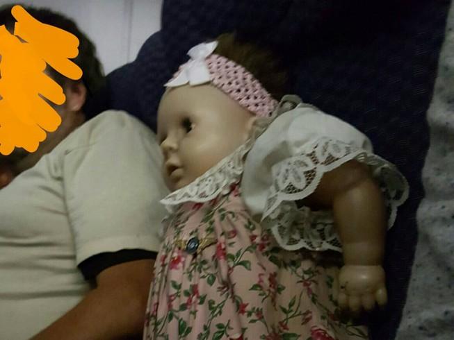 Người đàn ông quái gở, mua ghế máy bay cho búp bê