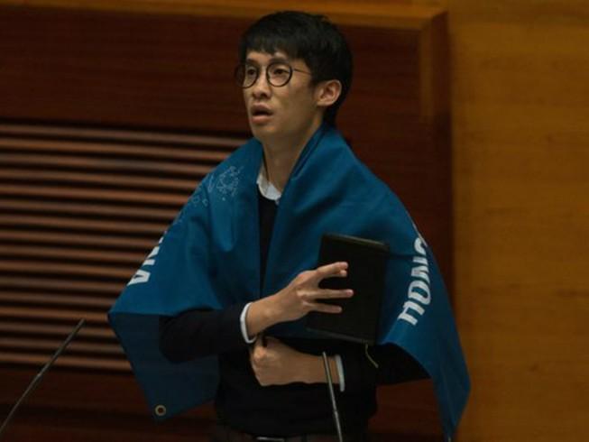 Nghị sĩ Hong Kong náo loạn, phản đối Trung Quốc