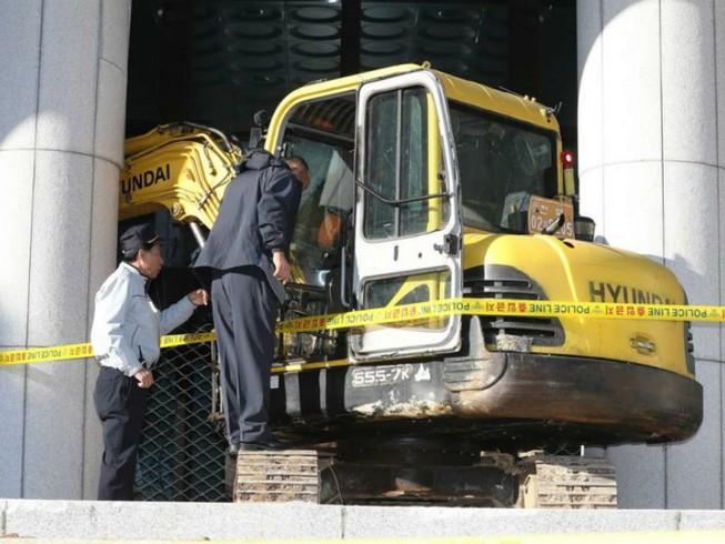 Lao xe cẩu vào tòa nhà chính phủ đòi giết Choi Soon-sil