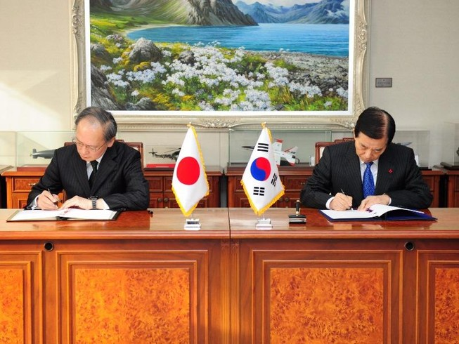 Nhật-Hàn ký thỏa thuận chia sẻ tình báo gây tranh cãi