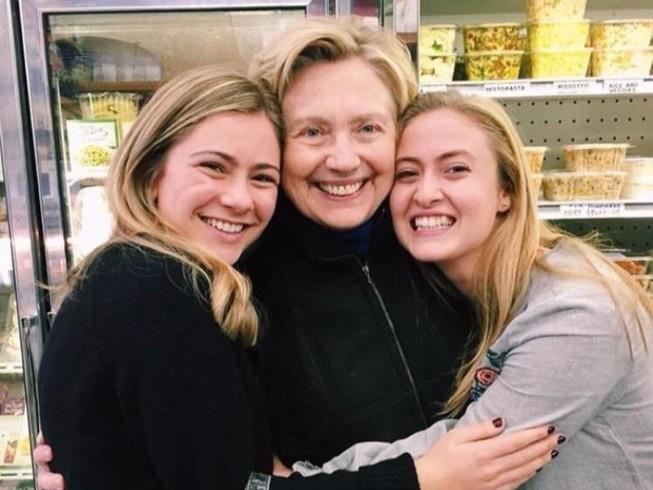 Sau thất bại, bà Clinton đón Lễ Tạ ơn như thế nào?