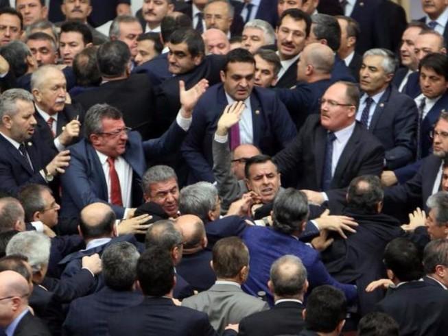 Nghị sĩ Thổ Nhĩ Kỳ ẩu đả nhau tại Quốc hội