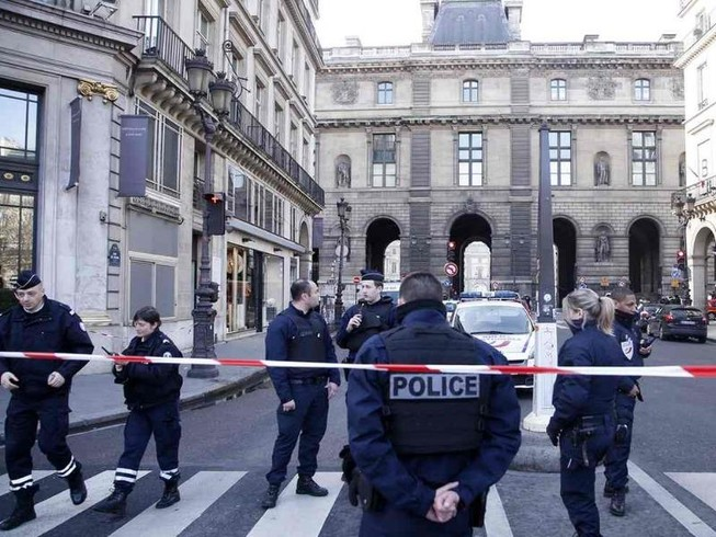 Binh lính Pháp bị tấn công, bảo tàng Louvre sơ tán khẩn