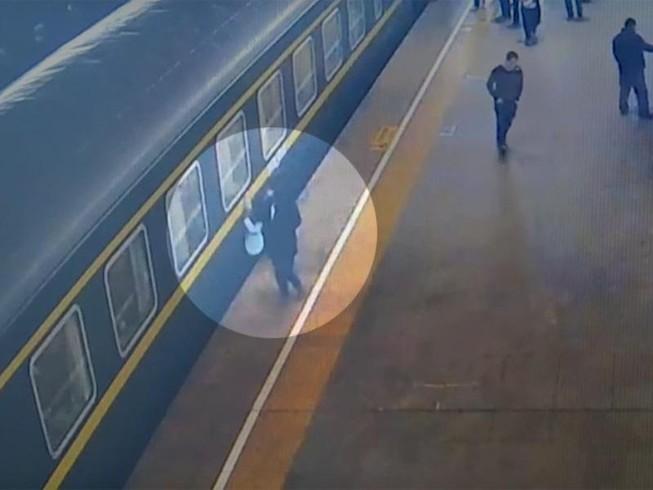 Bé 3 tuổi may mắn thoát chết khi ngã xuống đường ray