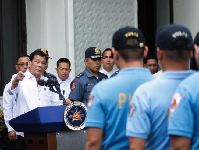 Ông Duterte bắt cảnh sát bẩn ra 'tiền tuyến'