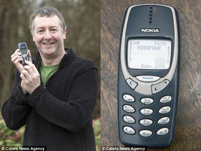 Sốc với điện thoại 'cục gạch' 17 năm vẫn chạy tốt