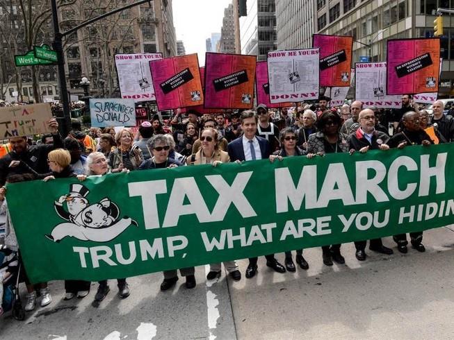 Ông Trump tố người biểu tình được trả tiền để chống đối