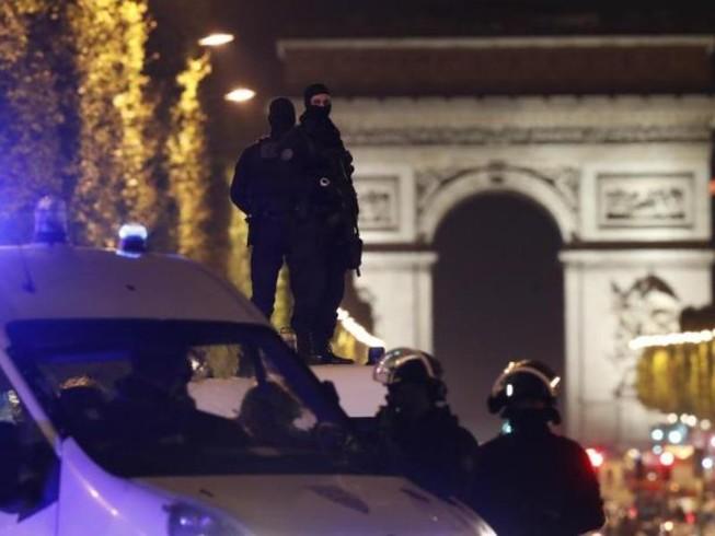 Khủng bố Paris đẫm máu chỉ ba ngày trước bầu cử Pháp