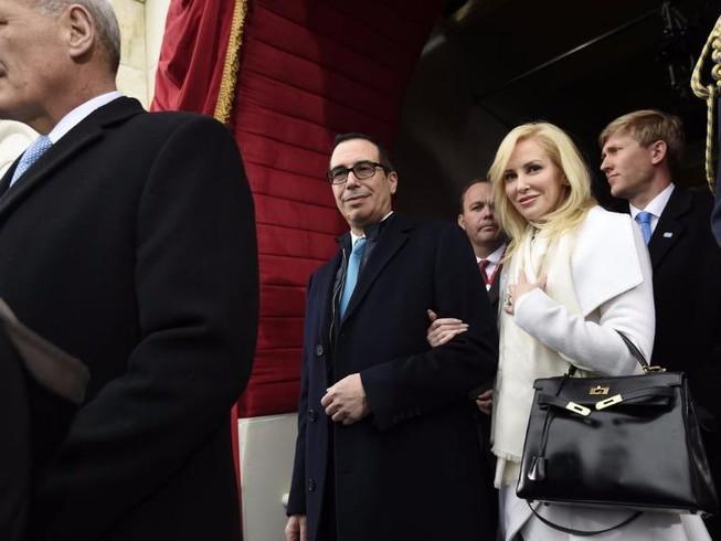 Vợ bộ trưởng Mỹ phải xin lỗi vì... 'khoe của'